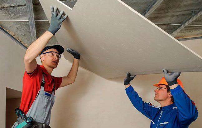 homens-carregando-parede-drywall